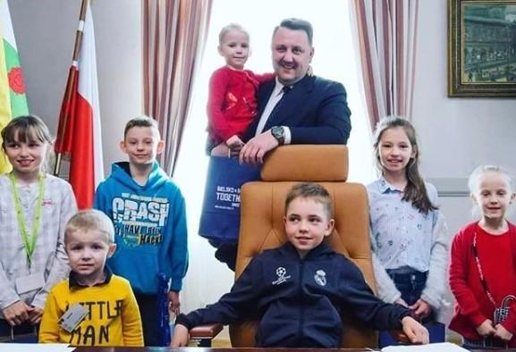 Do pracy z pociechami. Dzieci urzędników w fotelu prezydenta miasta.