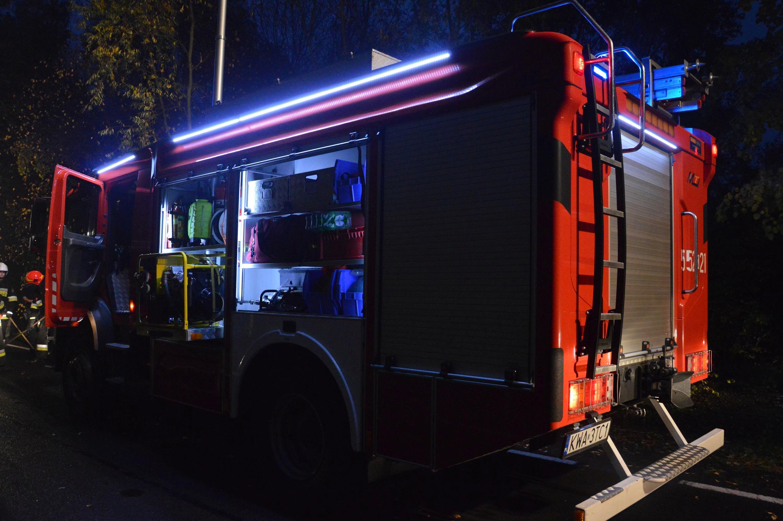 Pożar budynku przy lotnisku, dziewięć zastępów straży w akcji