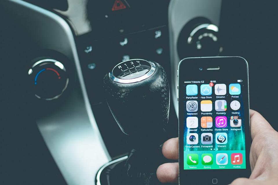 Mandat za rozmowę w czasie jazdy przez telefon. Policja podsumowała akcję