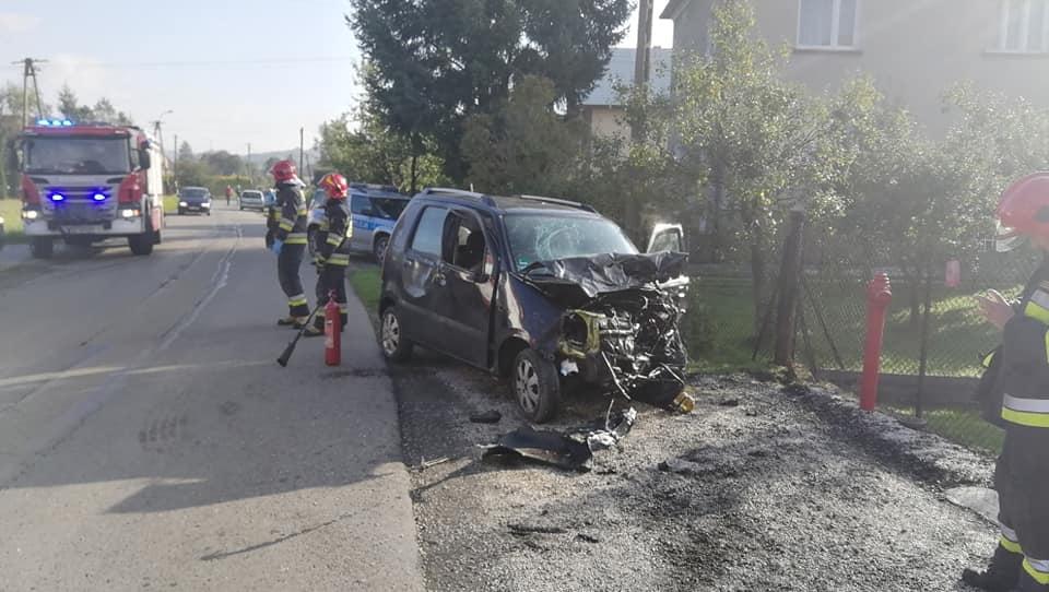 Czołowe zderzenie na lokalnej drodze, dwie osoby ranne