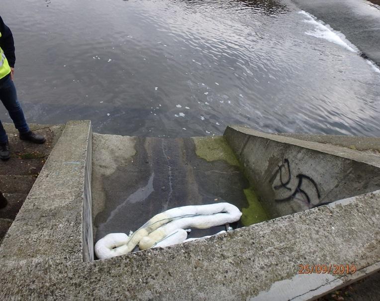 Śnięte ryby w rzece Białej. Do wody trafiły substancje ropopochodne!