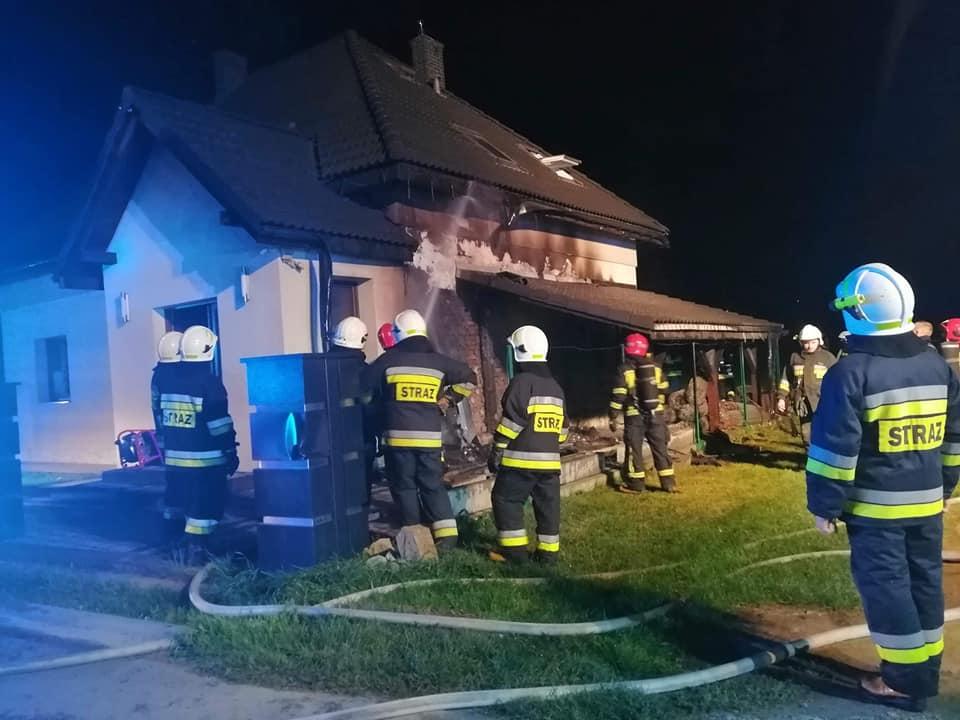 Strażacy walczyli z pożarem domu. Spłonęła wiata samochodowa