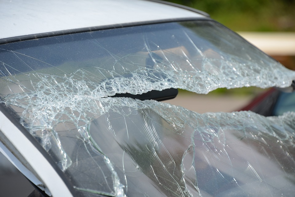 Wandal zniszczył 7 samochodów