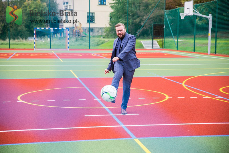 Uczniowie mogą już grać na nowym boisku