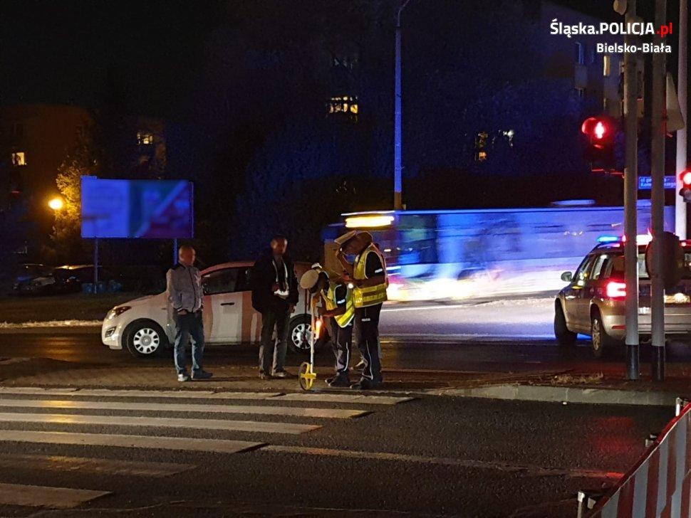 Wypadek na pasach. Samochód potrącił kobietę