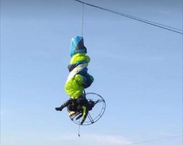 Paralotniarz zawisł na liniach wysokiego napięcia