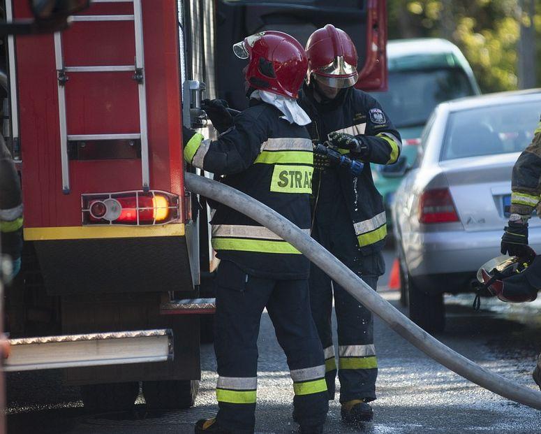 Groźny pożar poddasza budynku mieszkalnego