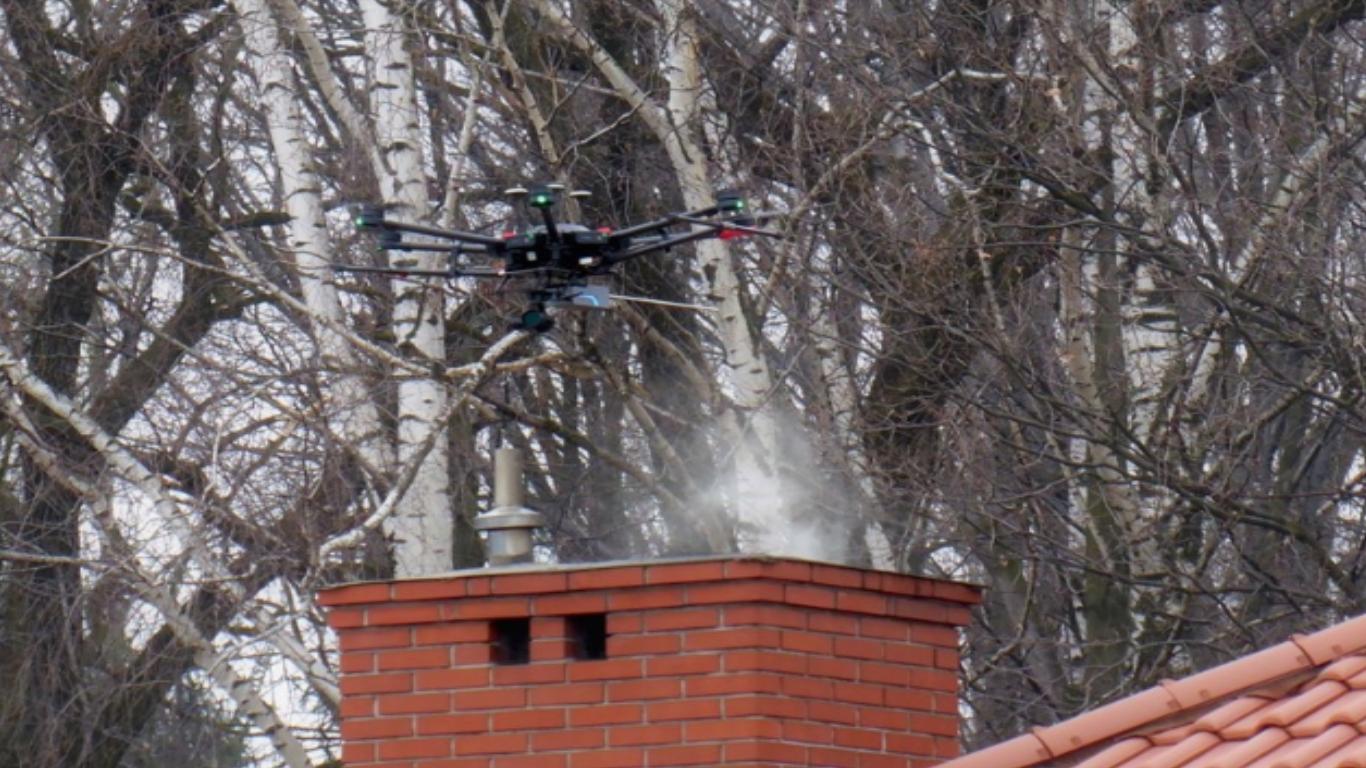 Drony nad kominami i nowe czujniki. Czechowice-Dziedzice walczą ze smogiem