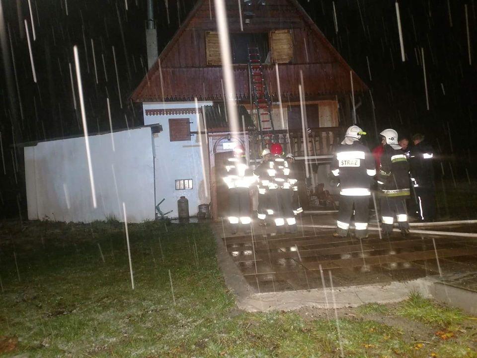 Pożar drewnianego dachu i garażu z samochodem