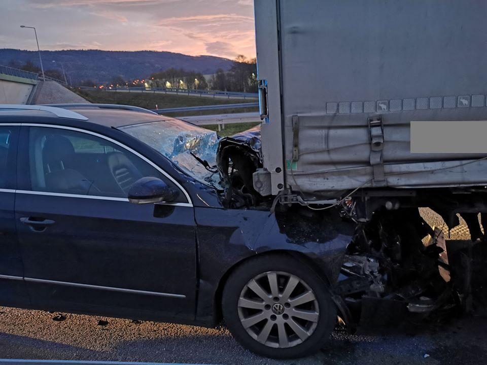 S-1: osobówka uderzyła w samochód ciężarowy