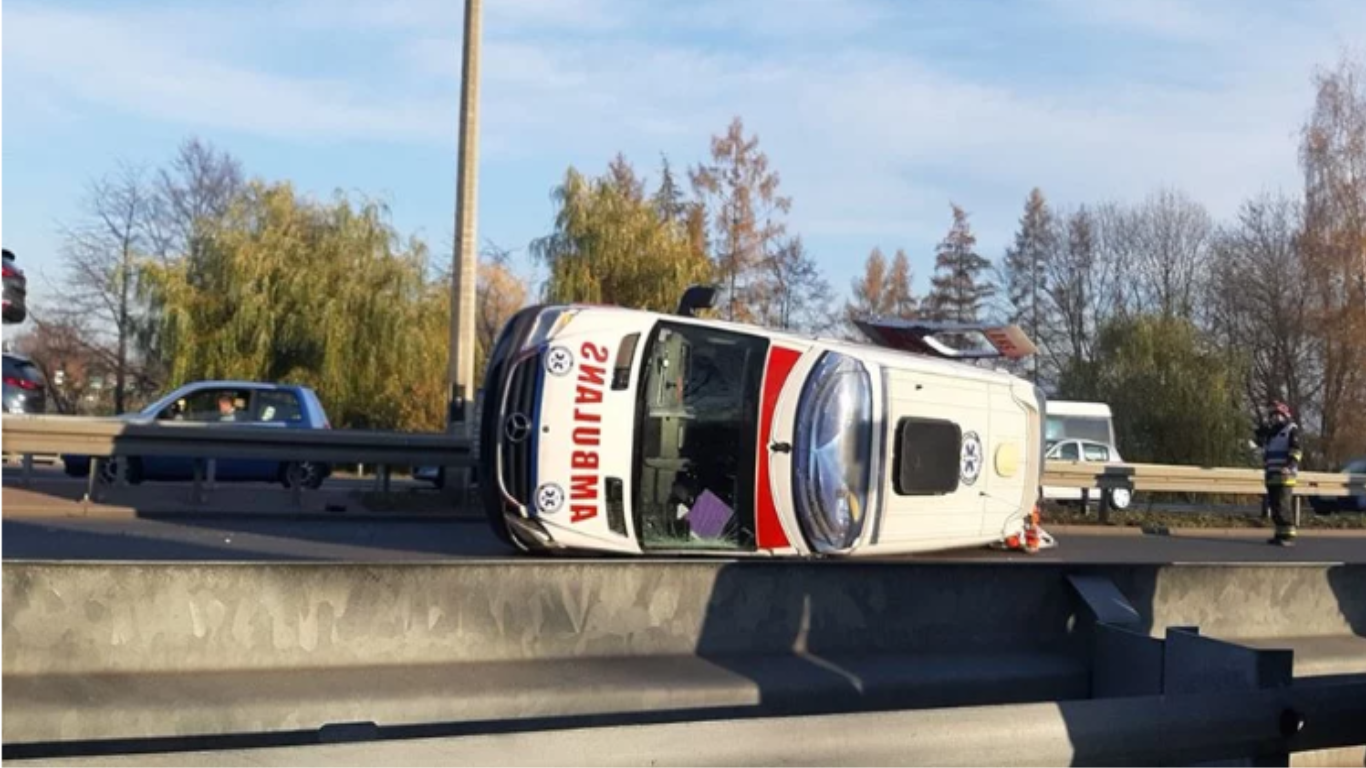 Wypadek na DK81: osobówka zderzyła się z karetkę [wideo]