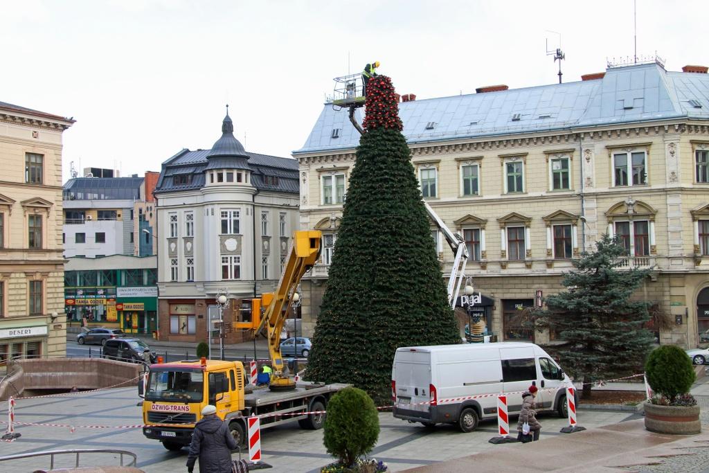 Bielsko niebawem rozbłyśnie! Trwa montaż świątecznych dekoracji