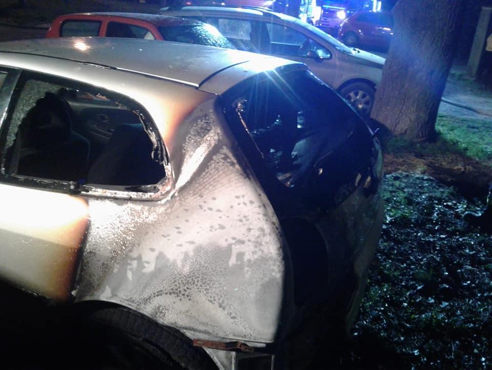Nocny pożar. Zniszczone cztery samochody
