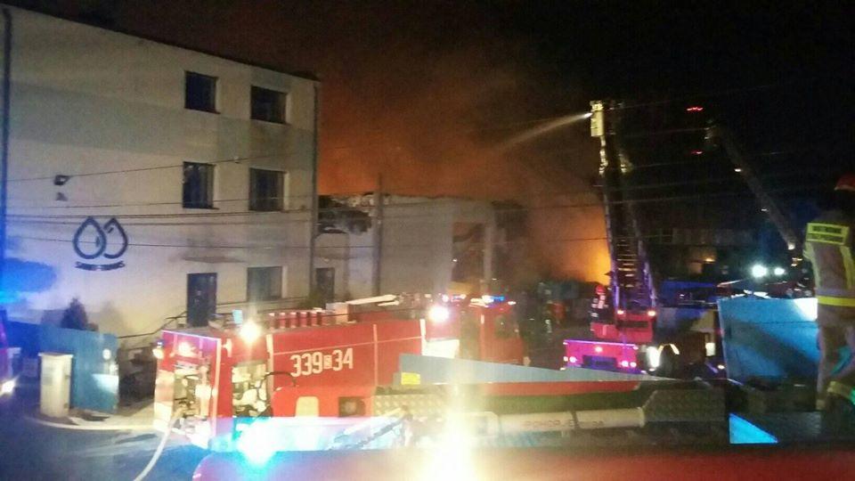 Pożar hali, słychać było wybuchy