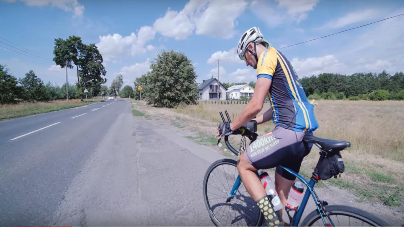 Przejechał rowerem 1000 km w niecałe 40 godzin. Bielszczanin chce pomóc choremu chłopcu [wideo]