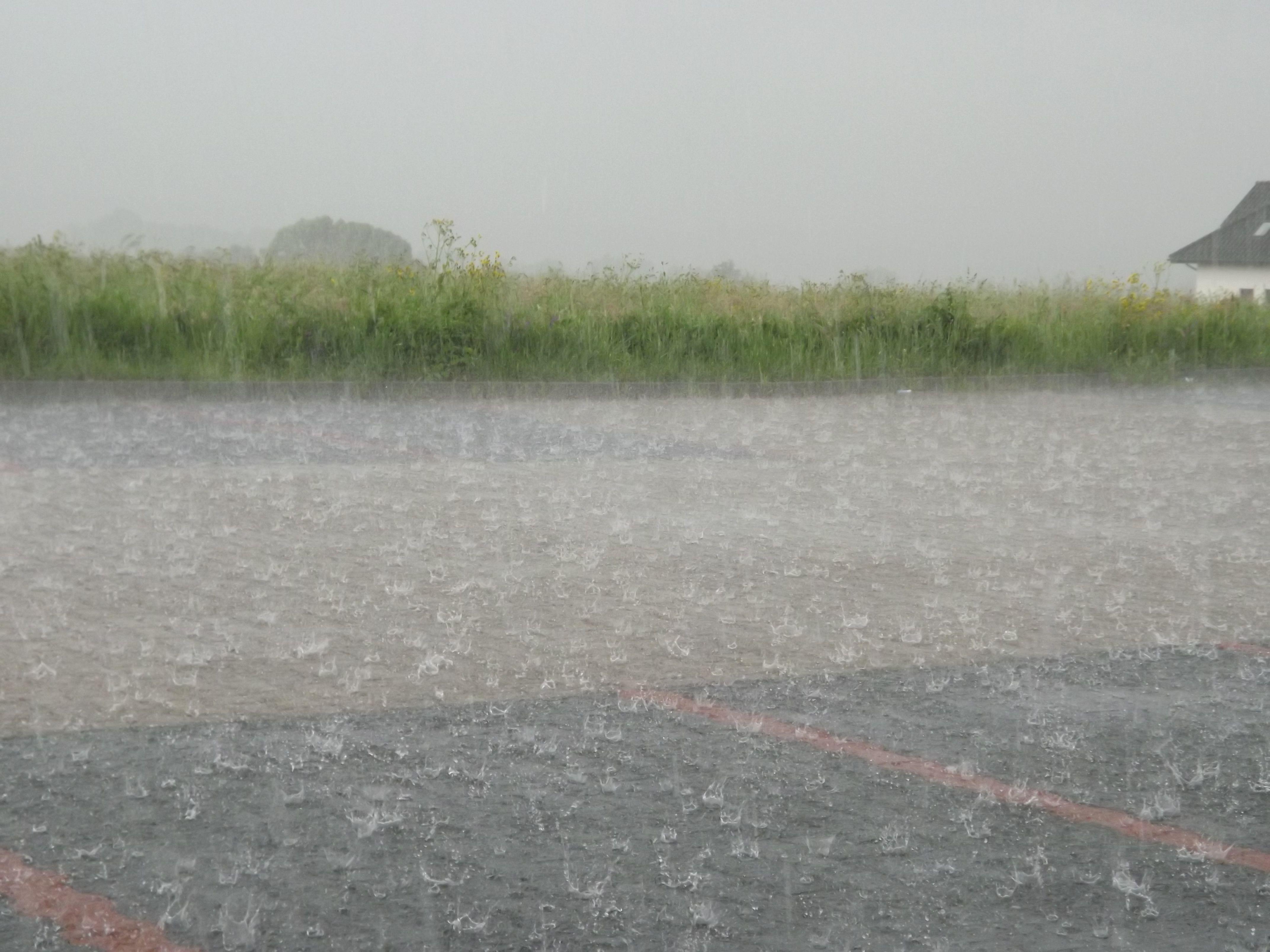 Ostrzeżenie na poniedziałek: intensywne opady deszczu