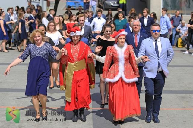 Po raz drugi maturzyści zatańczyli poloneza z prezydentem na placu Chrobrego