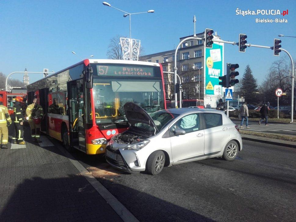 Wypadek na skrzyżowaniu z udziałem autobusu