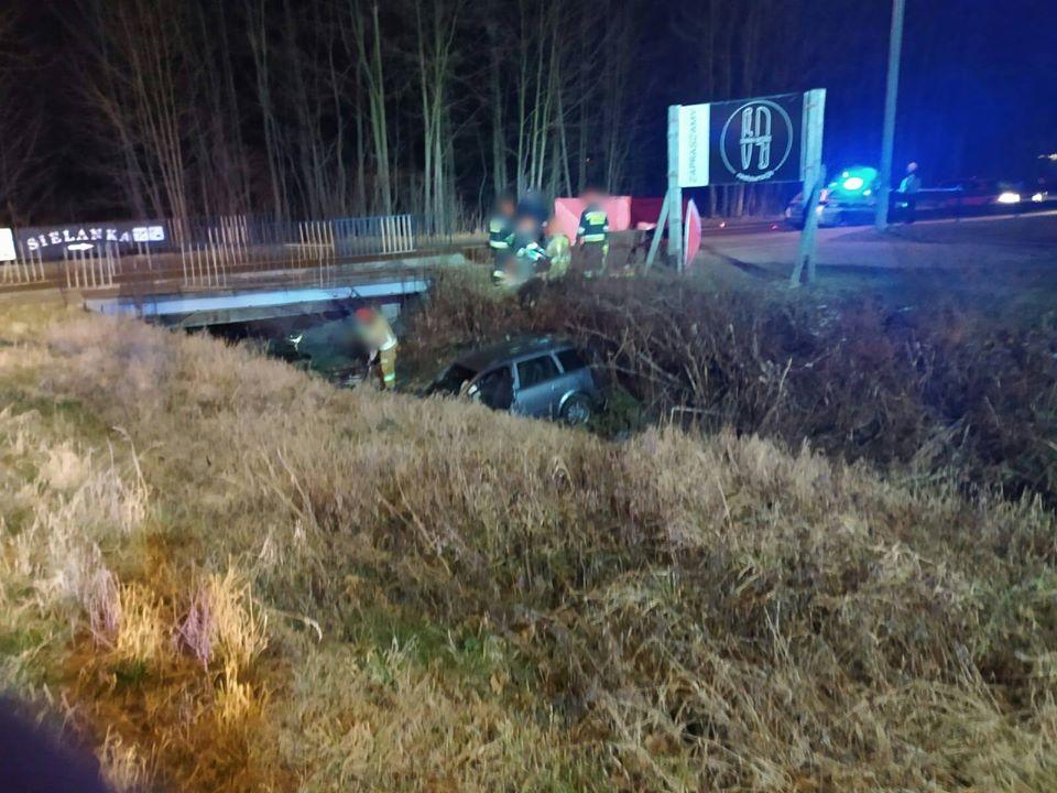 Samochód wpadł do rowu. Nie żyje 19-letni pasażer