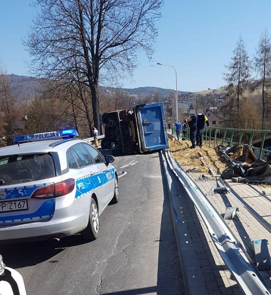 Przewrócona ciężarówka, droga zablokowana
