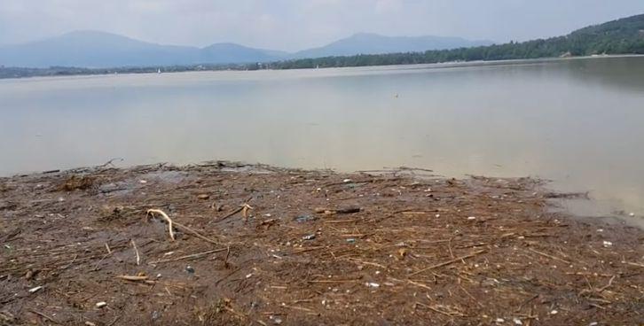 Nielegalnie łowili ryby, auto wpadło do jeziora
