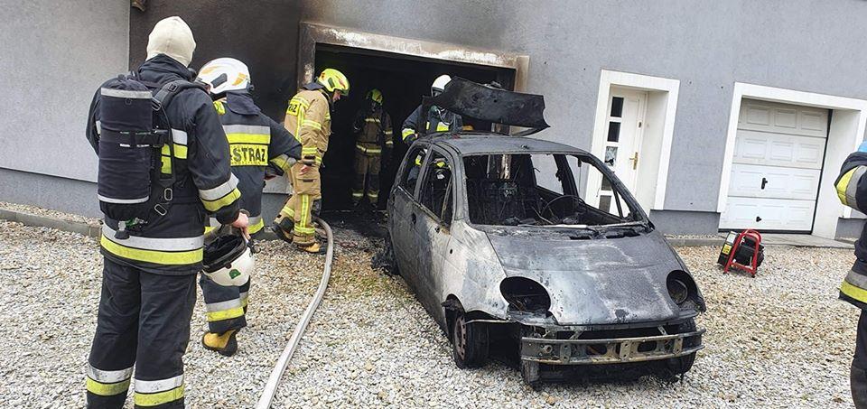 Spłonął garaż i samochód, strażacy uratowali dom