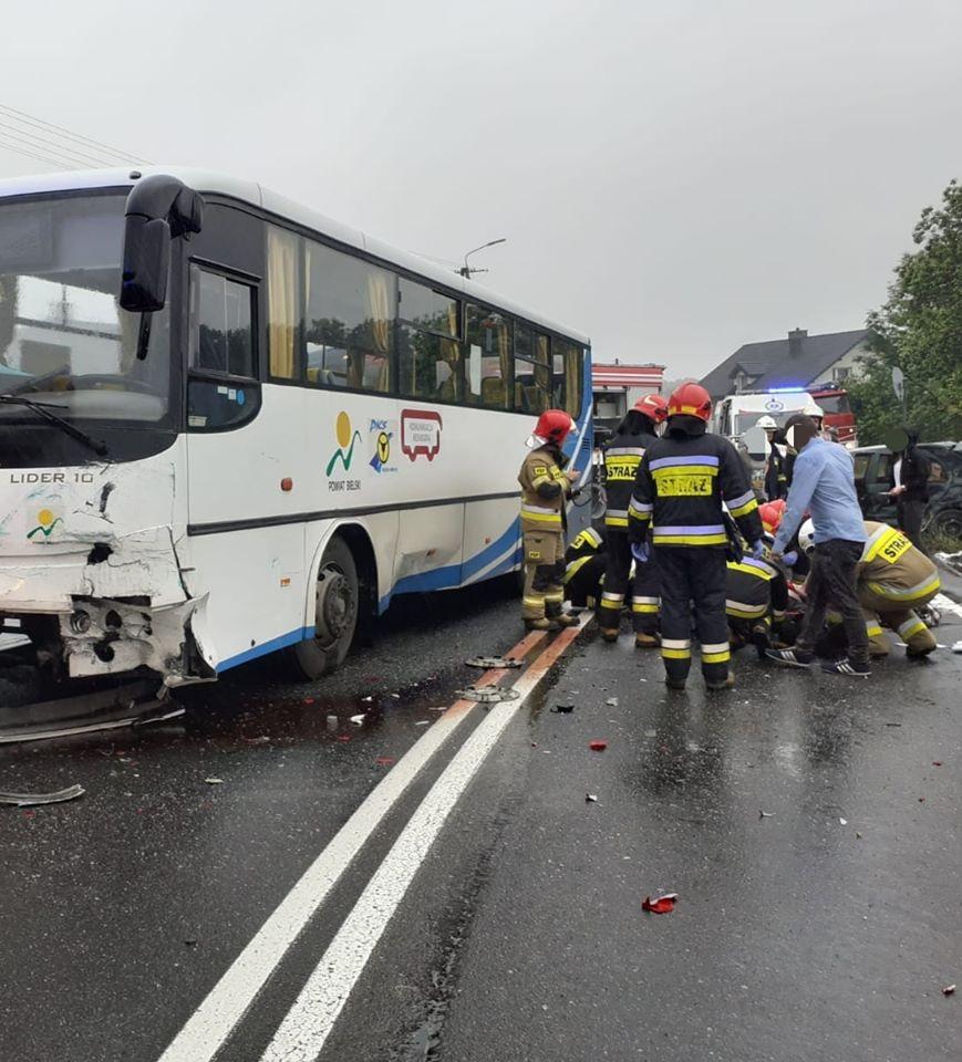 Wypadek z udziałem autokaru i samochodu osobowego