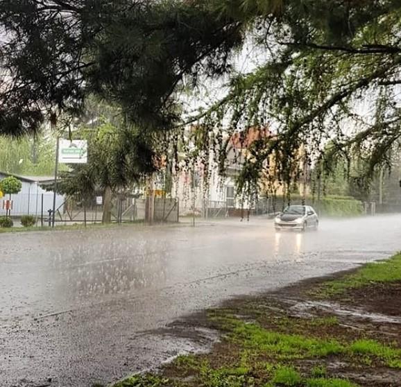 W poniedziałek silne opady deszczu i burze