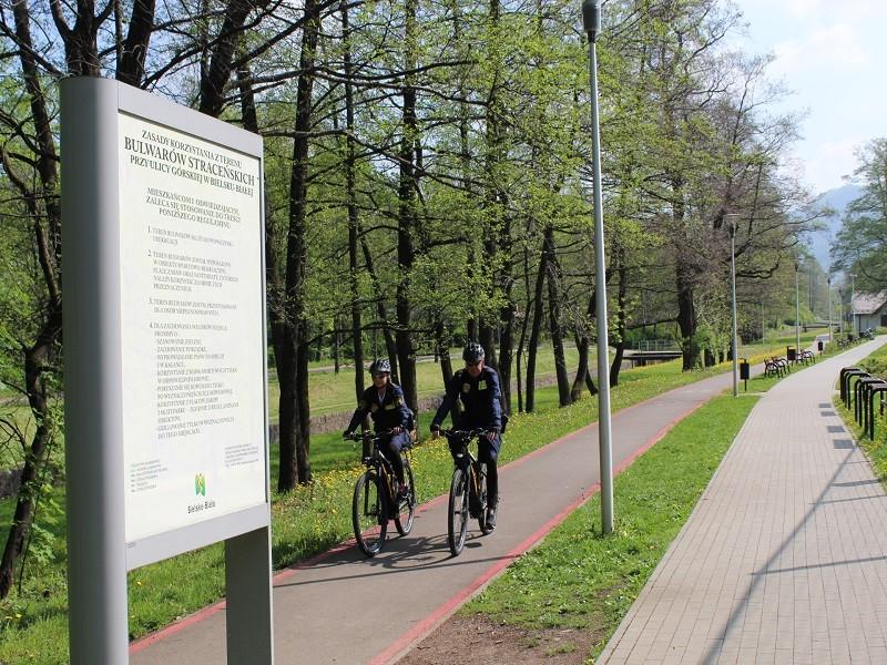 Strażnicy miejscy patrolują ulice na rowerach wyposażonych w silniki elektryczne