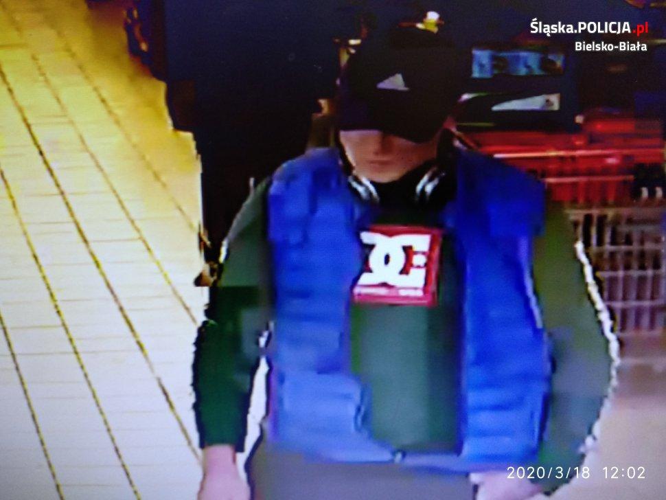 Policja szuka sprawcy kradzieży i publikuje nagranie z monitoringu