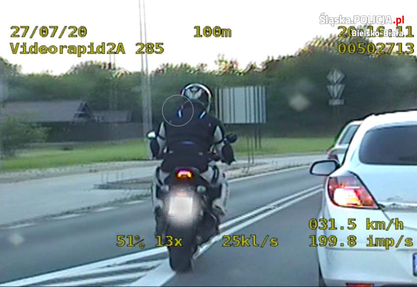 34 - latek na motocyklu uciekał przed policjantami. Ci jednak znaleźli go w jego domu