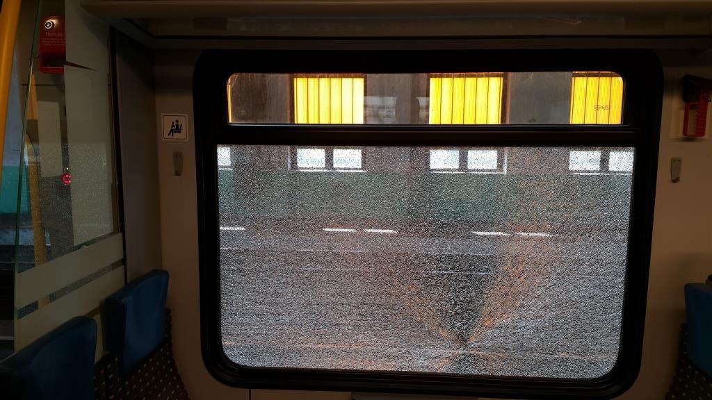 Wandale atakują pociągi kamieniami