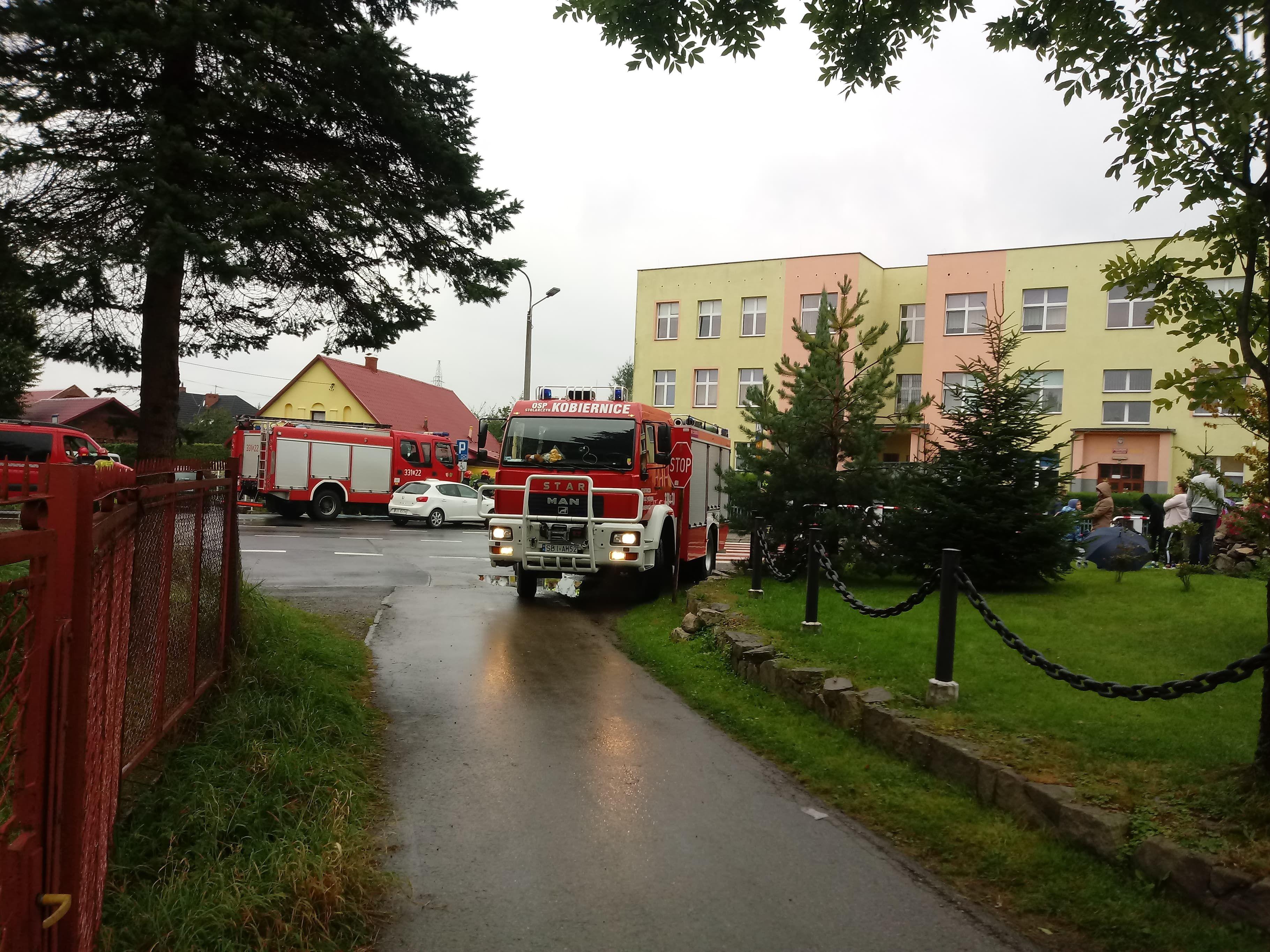 Alarmy bombowe w szkołach, ewakuacja placówek