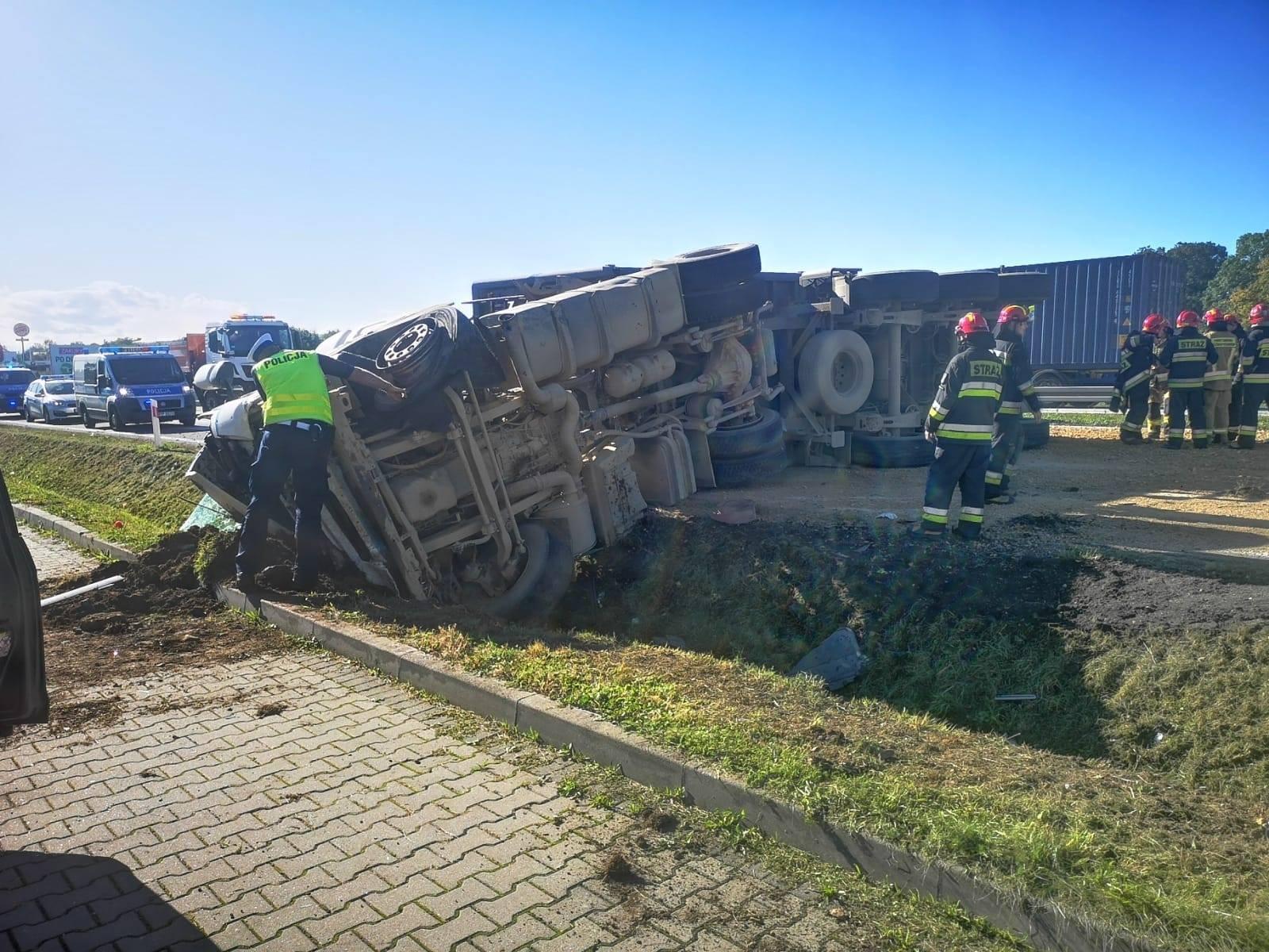 Zderzenie ciężarówki z osobówką na krajowej Jedynce