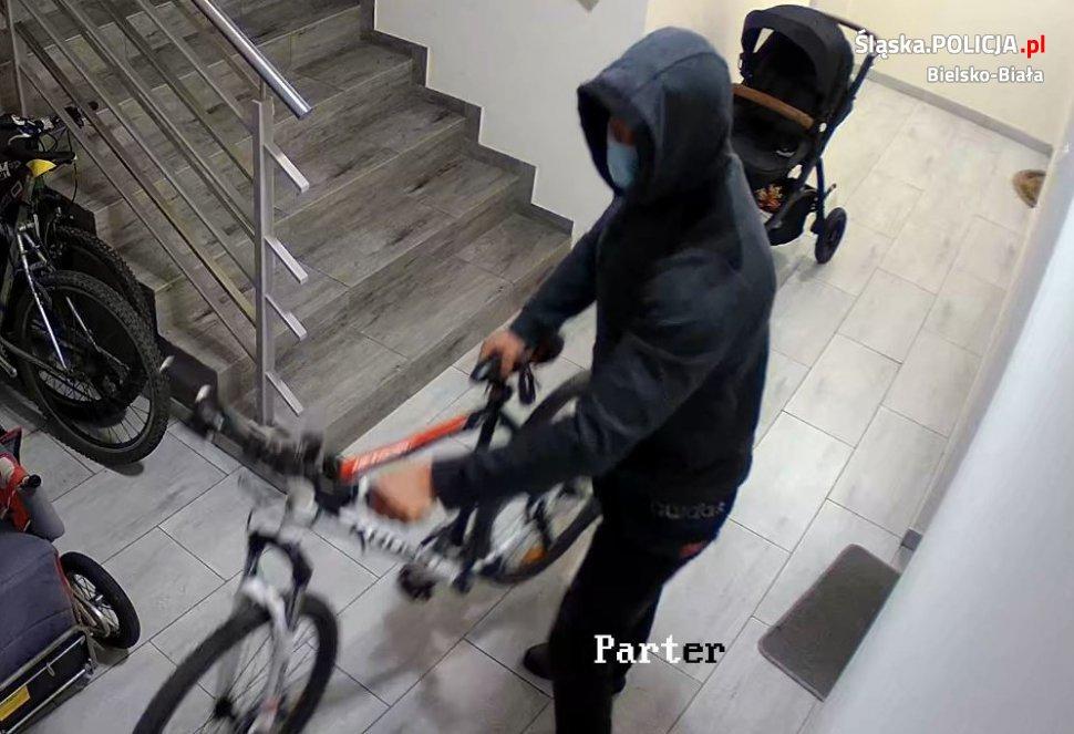 Ukradł rower na klatce schodowej. Wszystko się nagrało