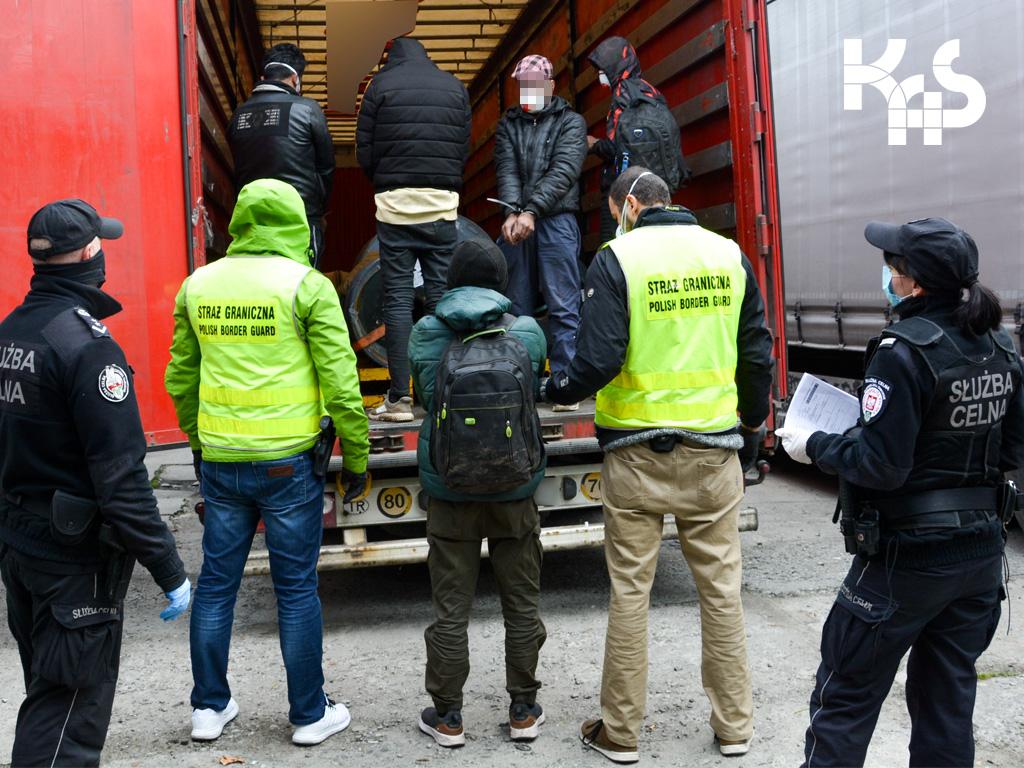 Cudzoziemcy ukryli się w naczepie ciężarówki