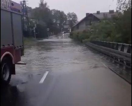 Woda zalewa drogi i posesje [FOTO]