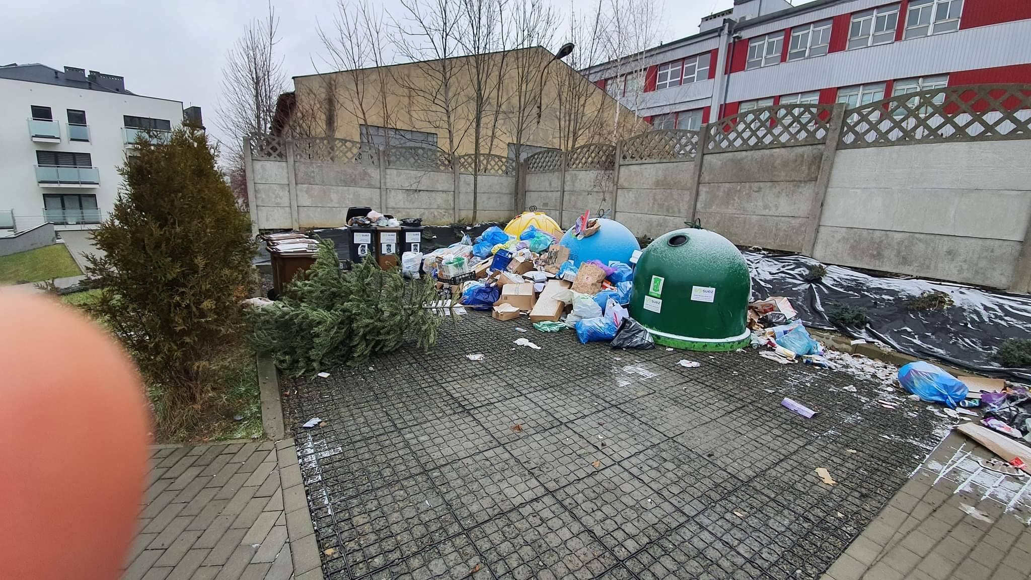 Na osiedlu rosną góry śmieci