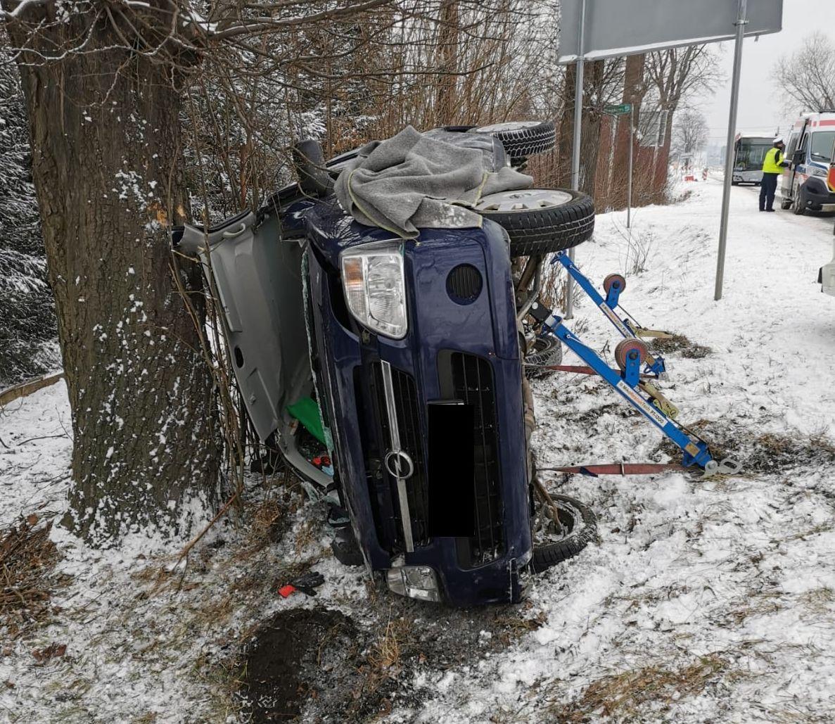 Auto na drzewie, 87-latek trafił do szpitala
