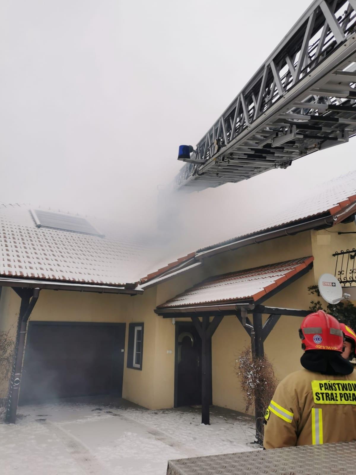 Zima nie odpuszcza, strażacy gaszą pożary sadzy