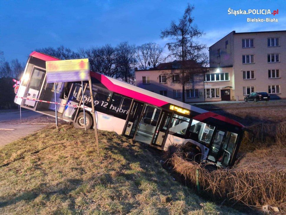 Poranny wypadek autobusu [FOTO]