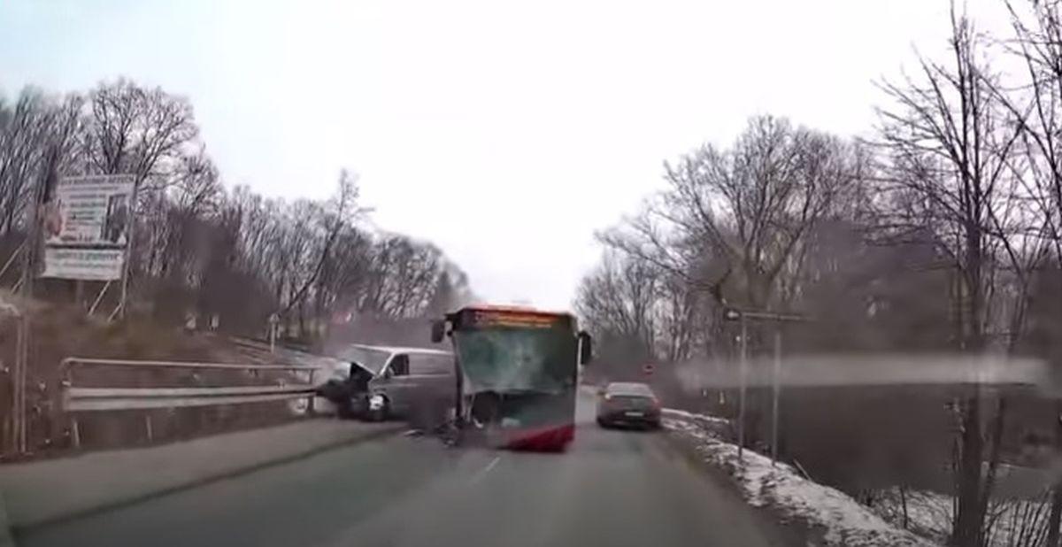 Czołowe zderzenie busa z autobusem [VIDEO]