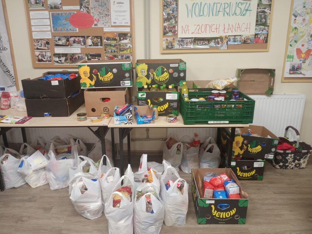 Zebrano prawie tonę żywności dla potrzebujących