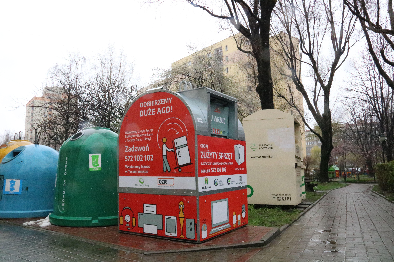Czerwone pojemniki na ulicach. Do czego służą?