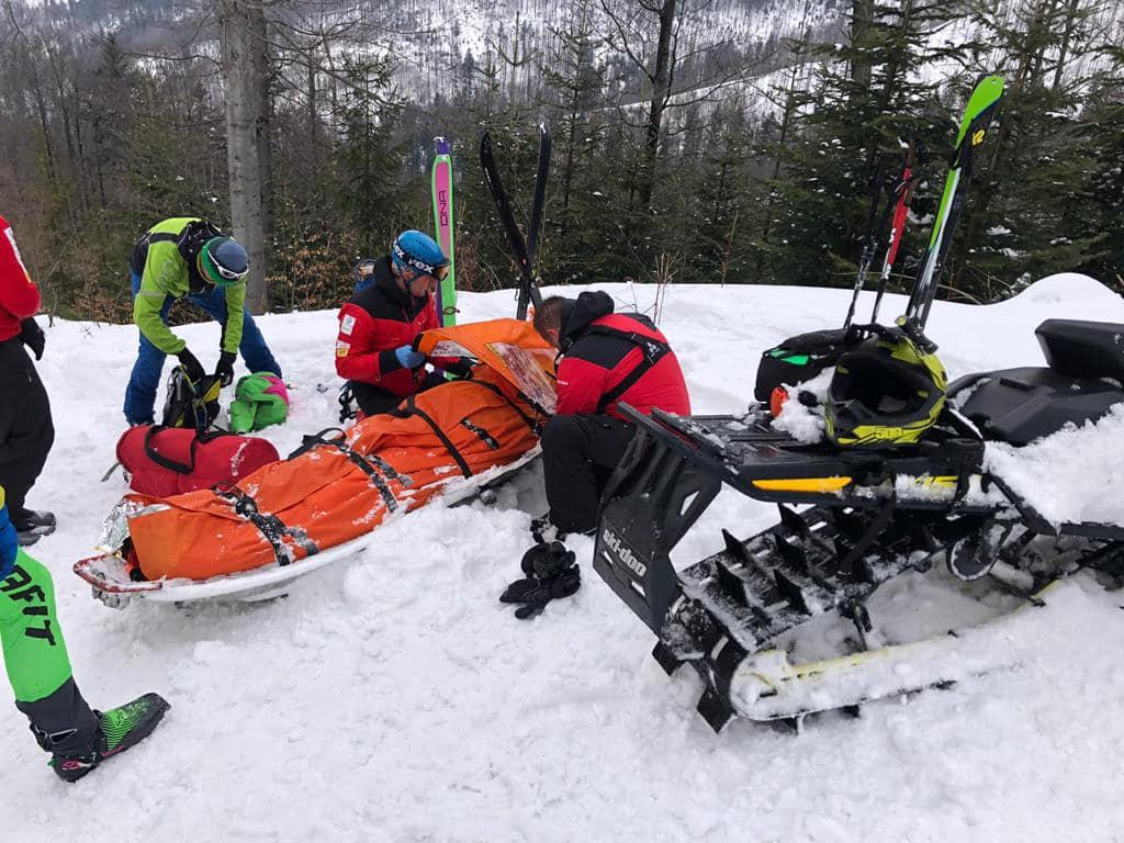 Wypadek narciarza, akcja ratownicza w Beskidach