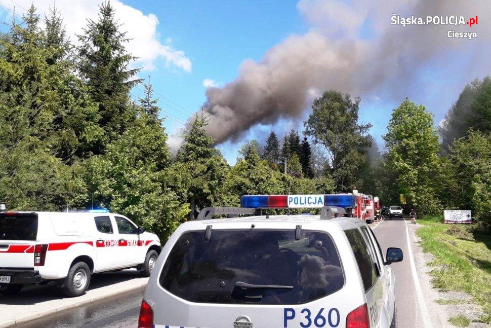 Policjanci ewakuowali ludzi z płonącego domu