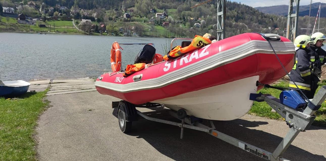 Przewrócona łódź na jeziorze, 3 osoby uratowane