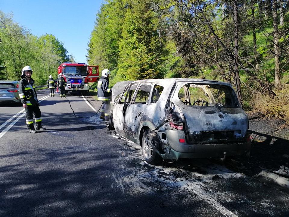 Samochód spłonął doszczętnie, na szczęście ludzie nie ucierpieli