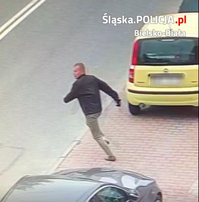 Policja szuka sprawcy przywłaszczenia portfela, publikuje zdjęcia podejrzanego