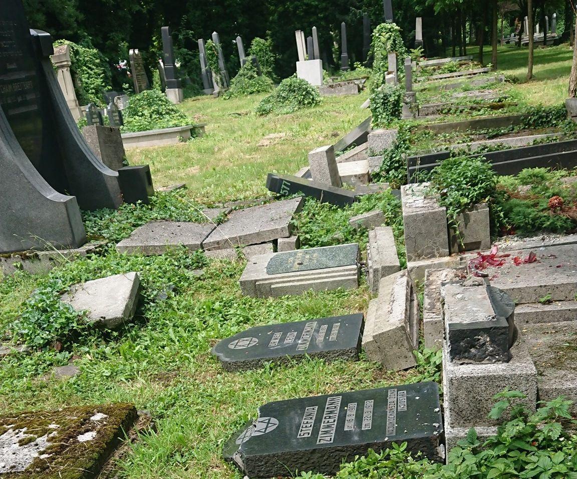 Sprawcy dewastacji cmentarza w Bielsku-Białej zatrzymani